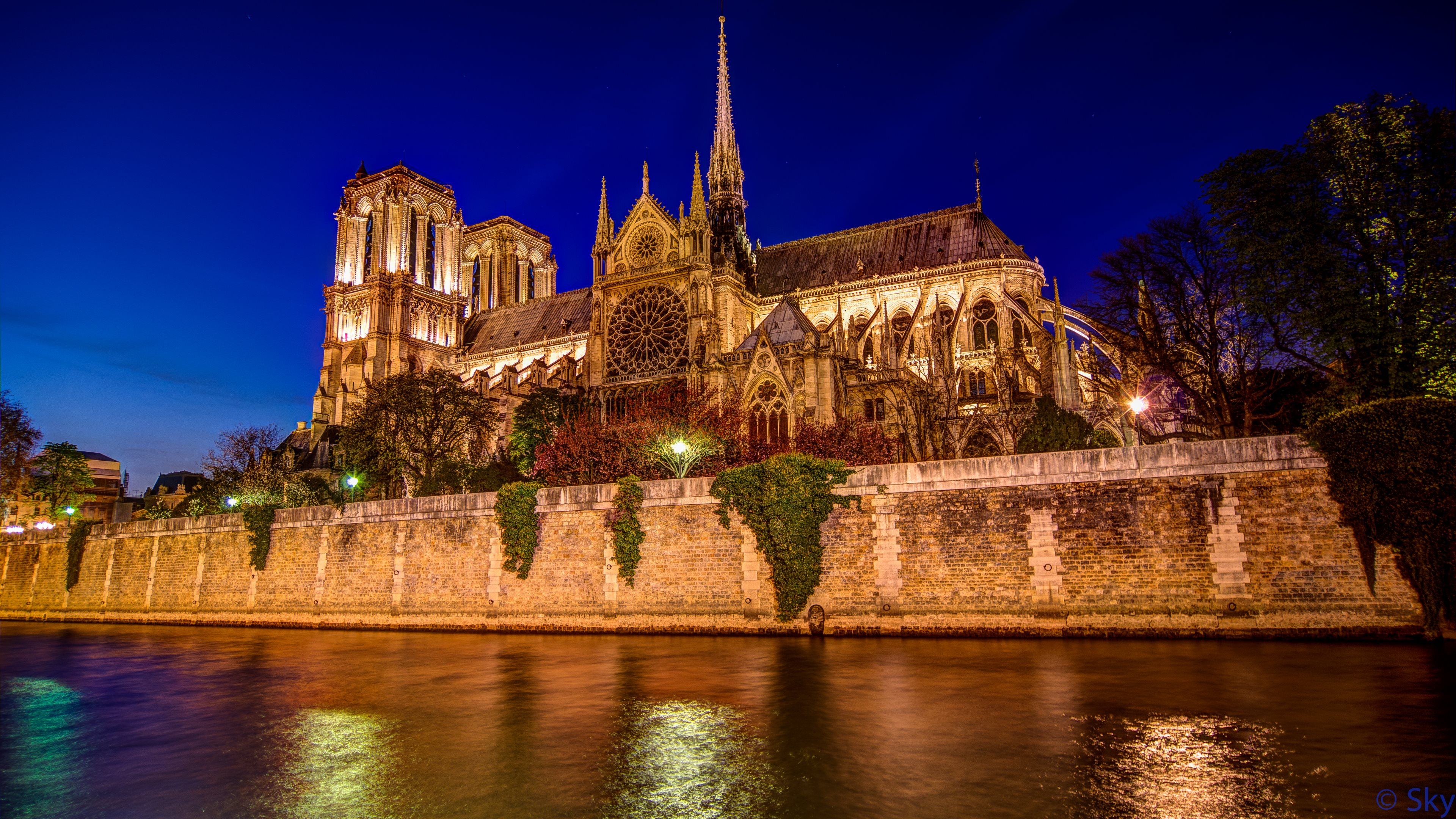 O inferno de Notre Dame Historia, Recuncho da historia